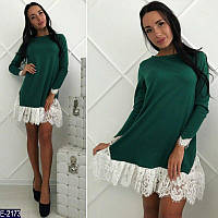 Стильное зеленое трикотажное платье трапеция с белым гепюром. Арт-11234