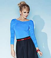 Демисезонная женская блуза голубого цвета из мягкой вискозы, украшена складками из ткани. Модель Indira Zaps.