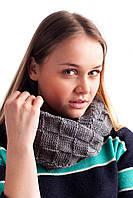 Теплый женский вязанный хомут из шахматной вязки серого цвета