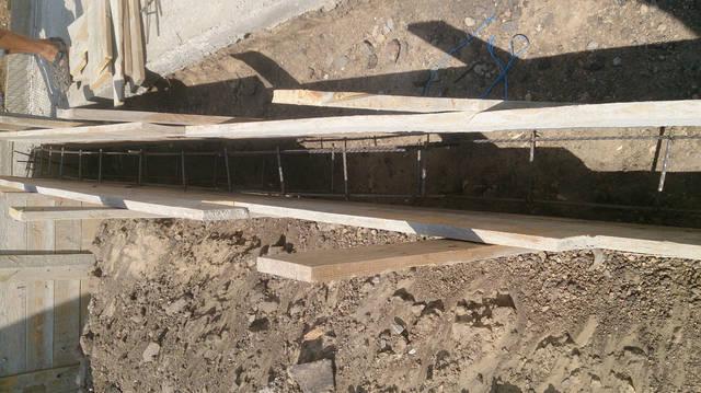 Сооружения каркаса стеклопластиковой арматуры 8 мм для возведения подпорной стенки.