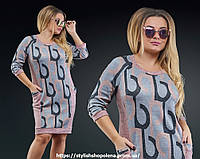 Платье геометрический принт с небольшим вырезом.