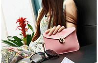 Маленькая сумка через плече розового цвета