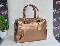 Золотистая кожаная женская сумка-саквояж.