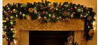 Гирлянды еловые, сосновые ветки. Венки рождественские.