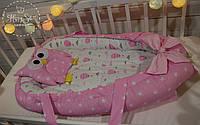 Кокон-позиціонер для новонароджених з твердим дном+ортопедична подушечка в ніжно-рожевих тонах 1500