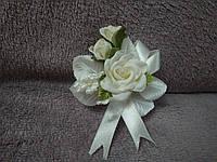 Свадебная бутоньерка айвори (бежевая) с зеленым