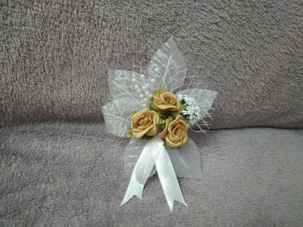Свадебная бутоньерка белая с золотисто-желтым