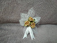 Свадебная бутоньерка белая с золотичто-желтым