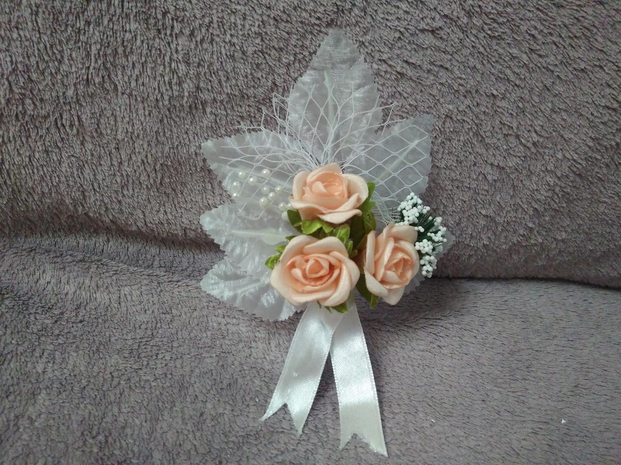 Свадебная бутоньерка белая с персиковым