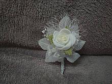 Свадебная бутоньерка белая с бежевым
