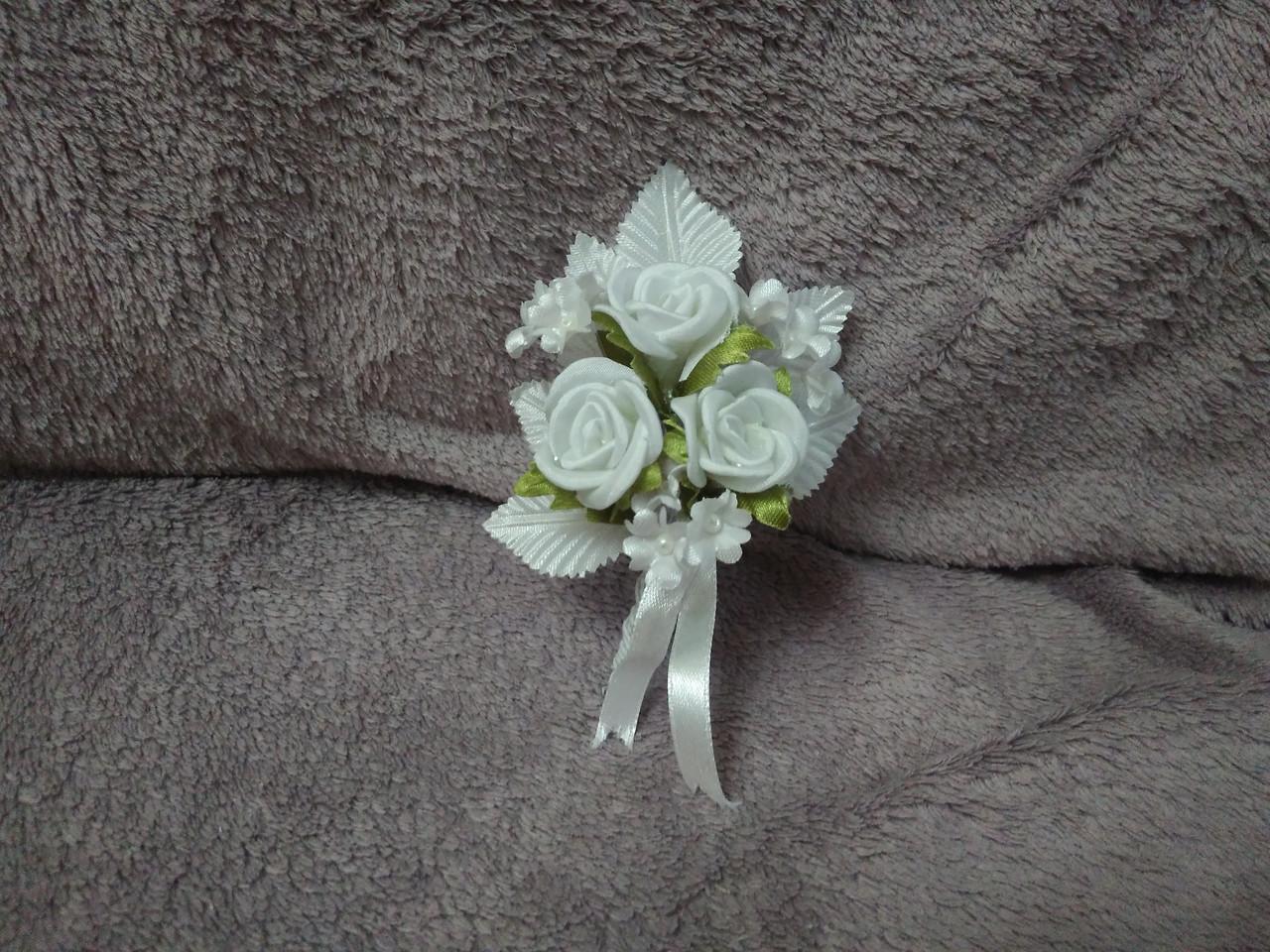 Свадебная бутоньерка белая с зеленым