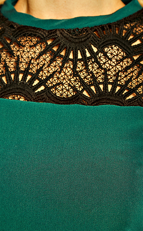 Приталенное платье с гипюром изумрудного цвета в большом размере, фото 2