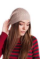 Модная шапочка с узором из кос цвета льна