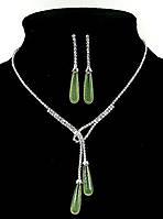 Колье с  зеленоватыми бусинами в виде капли. Цвет серебряный. Камни:белый циркон.Длина: 35-45см. Ширина:70 мм.