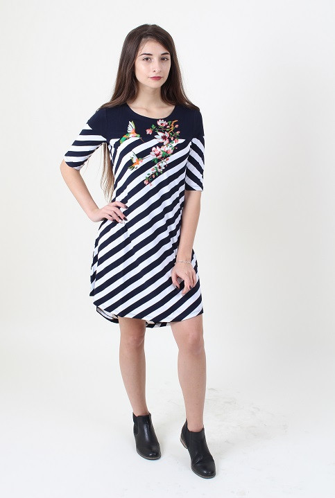 Современное платье в модную полоску декорировано машинной вышивкой