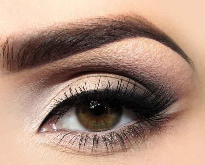 Классический макияж глаз со стрелками.