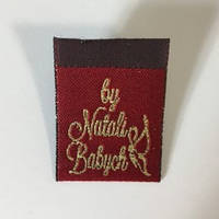 Этикетка жаккардовая вышитая флажок Natali Babych 25x50 мм заказная (1000 штук)