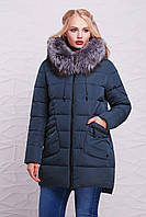 Модная женская зимняя куртка-пуховик удлиненная с меховым капюшоном изумрудная, большие размеры Куртка 17-116