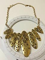 Желтое металлическое ожерелье на цепочке