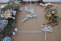 Новогодняя игрушка олень в снежинках