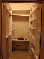 Узкая практичная гардеробная комната