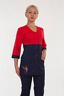Красивый медицинский костюм в красно-синем цвете на кнопках