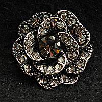 [25/25 мм] Брошь металл под капельное серебро Цветок со стразами классическая с крупным камнем по центру