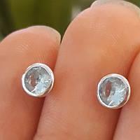 Серьги гвоздики серебро с голубым камнем под топаз диам. 6 мм