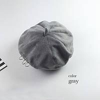 Модный женский берет серого цвета