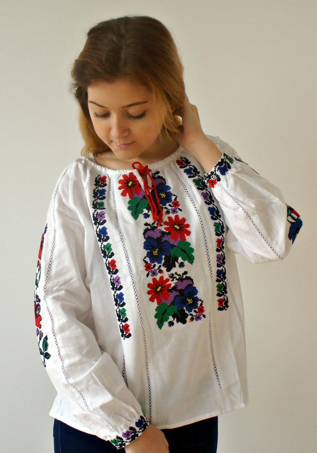 Красивая вышитая блуза Мальвы из домотканого полотна