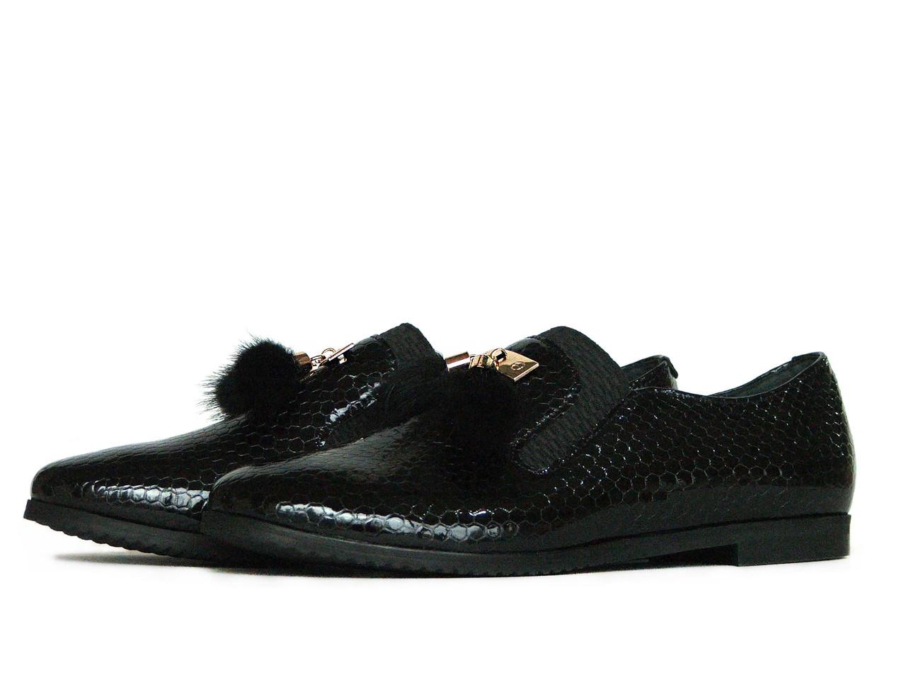 Женские черные лаковые туфли с меховым украшением