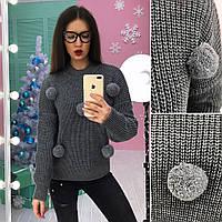 Модный вязаный свитер с помпонами