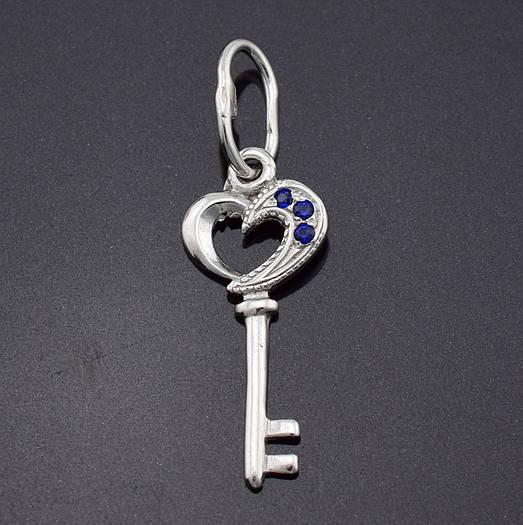 """Серебряный кулон """"Ключик"""", размер 28*9 мм, вес 0.66 г, синие фианиты"""
