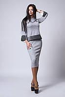 Стильный женский костюм из юбки и кофты светло-серого цвета