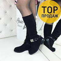 Женские зимние сапоги с ремешком, черного цвета / высокие сапоги женские замшевые, ни низком каблуке, модные