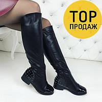 Женские зимние сапоги с шипами на низком ходу, черного цвета / высокие сапоги женские кожаные, теплые, модные