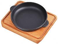 Сковородка для подачи порционная 14х2,5 см. чугунная на деревянной доске Brizoll