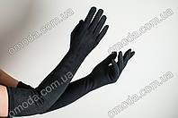 Длинные женские перчатки декорированы замшей