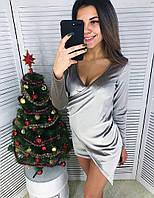Корткое бархатное женское платье с глубоким декольте