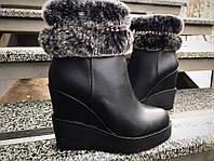 Зимние женские ботинки с опушкой на танкетке