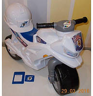 Каталка-мотоцикл с каской белый (501)