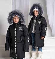 Черная удлиненная зимняя детская курточка с мехом на капюшоне