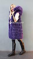 Модный  жилет  фиолетового цвета из меха енота-альбиноса с капюшоном