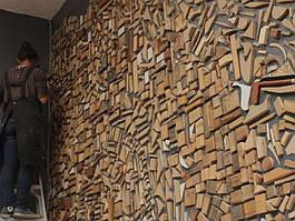Деревянное панно на стене
