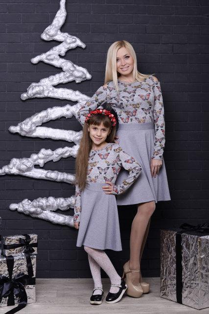 Женское платье светло-серое с бабочками
