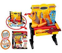 Набор инструментов в коробке стол пила молоток ключи плоскогубцы