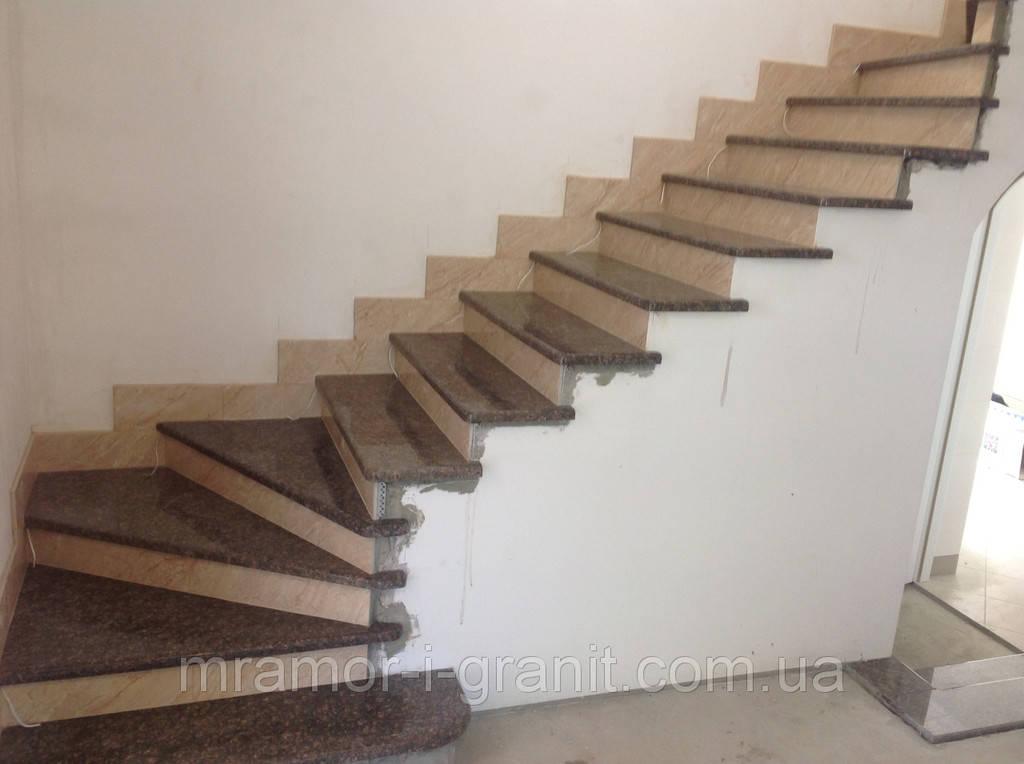 Лестница из коричневого гранита