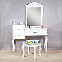 Туалетный столик с зеркалом и ящиками и табуретом .