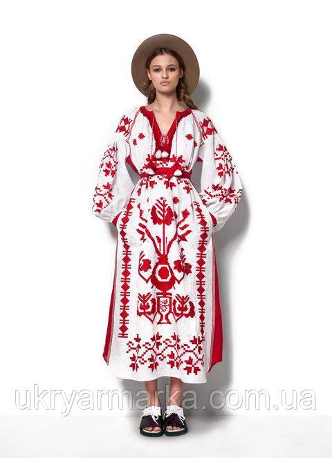 Не менш важливий фурор справив модний будинок «Valentino». Колекція з  національними мотивами Східної Європи вразила оточуючих куртками і жилетами  з овчини. cb1fa239472b1