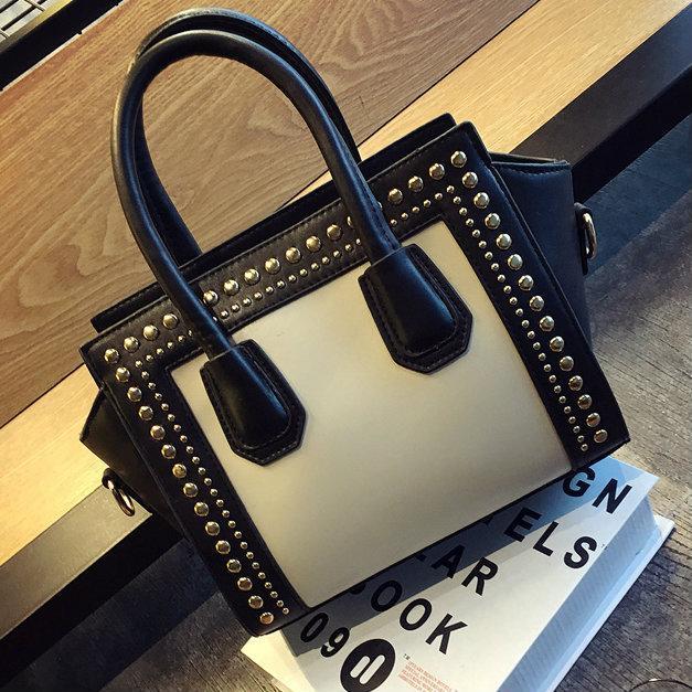 Женская сумка с заклепками